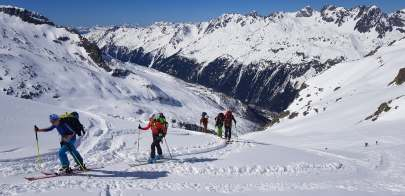 Group ski touring foto